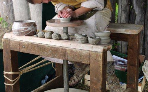Točení keramických nádob na kruhu.