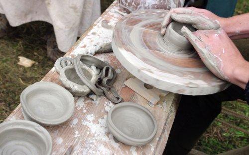 Točení keramiky na kruhu.