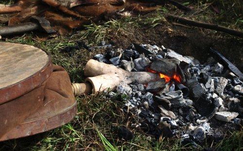 Detail rozdmýchávání ohně.
