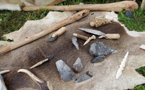 Ukázka kamenných nástrojů a zbraní.
