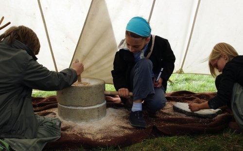 Děti zkoušely drtit obilí na zrnotěrce a na pokročilejším rotačním mlýnku.