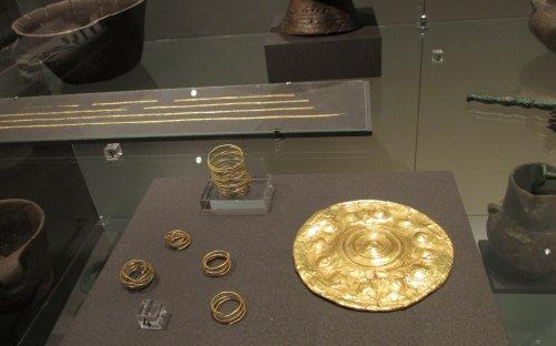 Zlaté šperky – spirálky a zlatý kotouč, Dýšina a Nová Huť (foto: Viktoria Čisťakova)