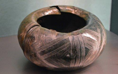 Masivní kruh z bronzového plechu, tzv. turban, nošený jako nánožník, Rovná (okr. Strakonice), doba halštatská. Foto P. Kacl.