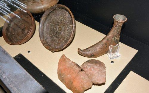 Časně laténská keramika, vpravo nádoba ve tvaru boty se zahnutou špičkou z Jíkve (okr. Nymburk). Foto P .Kacl
