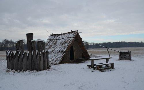 Rekonstrukce polozemnice s kultovním objektem na Pohansku