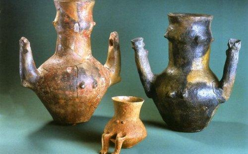Gynekomorfní nádoby z hrobů ve Svodíně