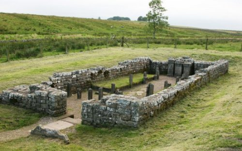 Zdroj: http://www.beautifulengland.net/photos/index.php/northumberland/hadrianswall/carrawburghthetempleofmithrashadrianswall3