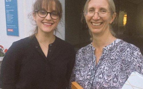 Nastupující prezidentka SSCIP Katie Hemer a loučící se Sally Crawford