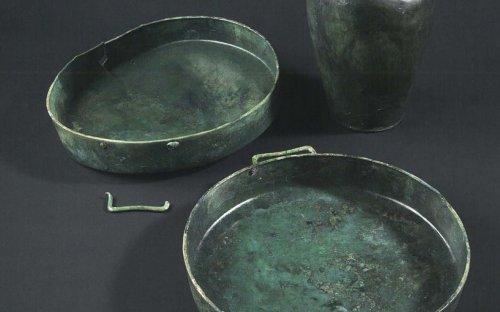 Bronzové mísy a bronzová zobákovitá konvice