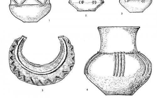 Keramické nádoby a pektorál (podle Moucha 1960)