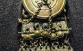 Honosná spona byla vyrobena v druhé polovině 5. století př. Kr. v jižním či jihovýchodním Přialpí nebo na Balkáně a doputovala do středních Čech, kde se stala součástí pohřební výbavy muže pochovaného se svými zbraněmi. Hrob byl objeven při stavbě silnice v roce 1843 mezi Želenicemi, Knovízí a Holousy. Foto P. Kacl